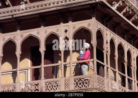 Jaipur India City Palace Sikh Holding Son On On Balcony - Stockfoto
