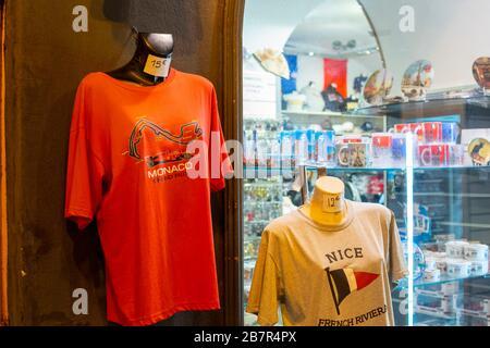T-Shirts auf Mannequins werben für die französische Riviera und den großen Preis von Monaco in der Formel 1 vor einem Souvenirladen in Nizza, Frankreich.
