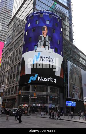 New York, USA. März 2020. Blick auf Nasdaq in der Times Square Region New York in den Vereinigten Staaten diesen Dienstag, den 17. Ein Ausbruch des Corona-Virus (COVID-19) hat die Routine der Stadt beeinträchtigt. Kredit: William Volcov/ZUMA Wire/Alamy Live News - Stockfoto