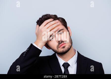 Nahaufnahme des unruhigen, unglücklichen Mannes, der wegen der hohen Temperatur die Stirn berührt, in formaler Kleidung - Stockfoto
