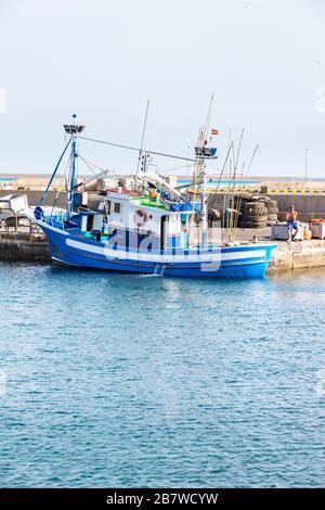 Ein Fischerboot im Hafen von Gran Tarajal an der Ostküste der Kanareninsel Fuerteventura - Stockfoto