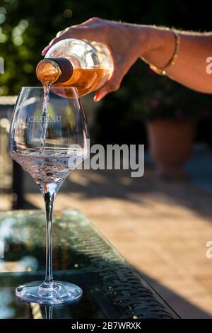 Frau, die Roswein ins Glas gießt, im Freien, Nahansicht - Stockfoto