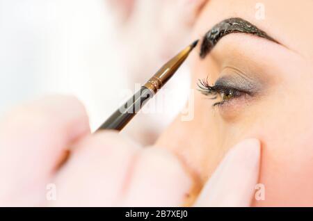 Augenbrauenkorrektur, Augenbrauen, die Nahaufnahme der Behandlung. - Stockfoto
