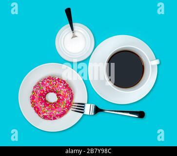 Bunte Holey Donut Kuchen mit rosafarbener Glasur auf weißem Teller und Tasse Kaffee, Zuckerschüssel auf türkisblauem Hintergrund. Fotografiert von oben. Isoliert - Stockfoto