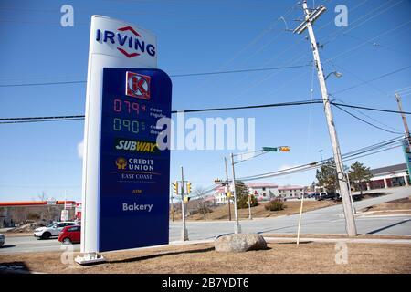 18. März 2020 - Halifax, Nova Scotia: Niedrige und sinkende Gaspreise am Irving an der Ecke von Parkland und Kearney Lake in Kanada während der COVID - Stockfoto