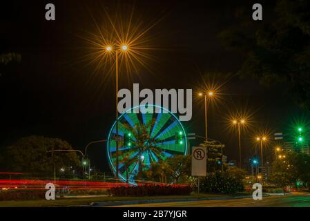 Lange Belichtung von bunten Riesenrad- und Lichtwegen auf der Schnellstraße in der Nacht. Zeiterscheinung der Ampeln auf der Allee in Florianopolis. C - Stockfoto