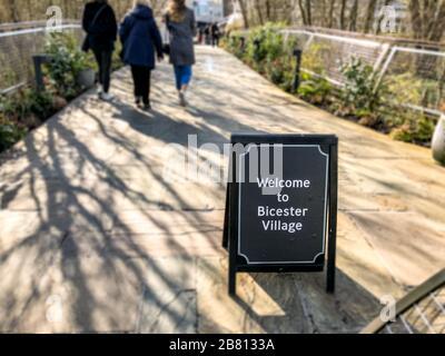 Bicester Village, Oxfordshire/UK - 18.03.2020: Covid-19, Besucher und Käufer zum Einkaufszentrum. Die Besucherzahlen sind aufgrund des Corona-Virus ausgefallen. - Stockfoto