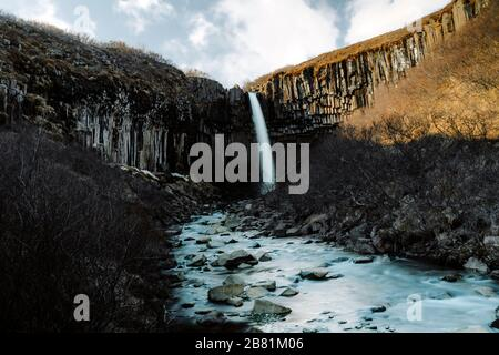 Skaftafell berühmter Wasserfall in Island im Frühling - Stockfoto