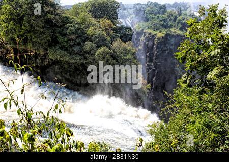 Der Teufelskatarakt, der tiefste Teil der majestätischen Victoria Falls, ist im April am Ende der Regenzeit voll in Aktion - Stockfoto