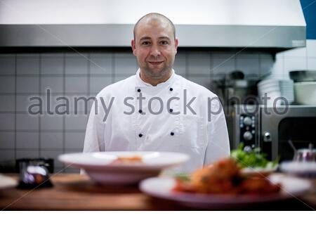 Koch des Pappa e Ciccia, einem sehr beliebten Restaurant zum Frühstück, Mittag- und Abendessen im angesagten Berliner Prenzlauer Berg. - Stockfoto