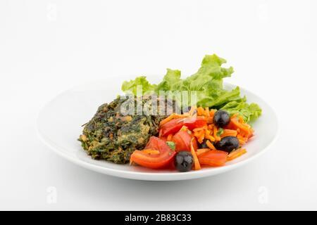 Gemüsekugeln garniert mit Rote Bete und Kohl. Vorderansicht. Selektiver Fokus. Weißer Hintergrund. - Stockfoto