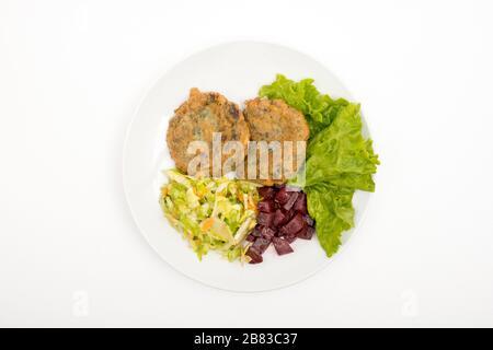Gemüsekugeln garniert mit Rote Bete und Kohl. Draufsicht. Selektiver Fokus. Weißer Hintergrund. - Stockfoto