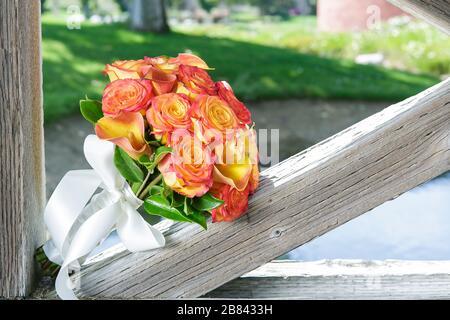 Blumenstrauß aus Gelb und Prinzenrosen, mit weißem Band - Stockfoto