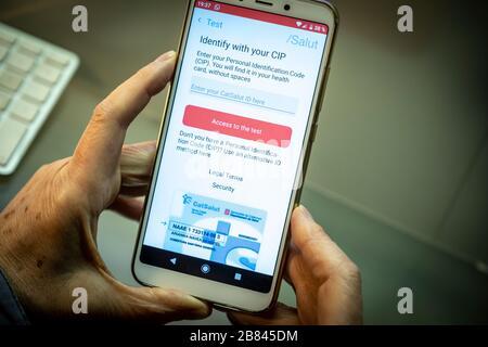 Barcelona, Spanien. März 2020. In dieser Abbildung zeigt ein Mobiltelefon die mobile App zur Verfolgung von Symptomen SARS-COV-2.das Gesundheitsministerium der Generalitat von Catalunya hat den Bürgern eine App zur Überwachung und Überwachung der Symptome des SARS-COV-2-Coronavirus zur Verfügung gestellt. Credit: SOPA Images Limited/Alamy Live News - Stockfoto