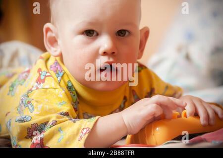 Nahaufnahme eines ernsten kleinen einjährigen Jungen in einer natürlichen und einfachen häuslichen Umgebung. Das Konzept eines aktiven und gesunden Lebensstils eines c - Stockfoto