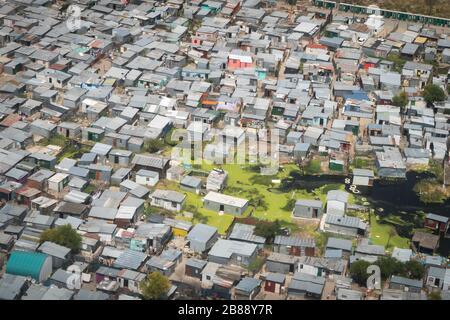 Kapstadt, Südafrika - 1. Dezember 2019 - Luftbild überfluteter Schalen im informellen Siedlungsgebiet Stockfoto
