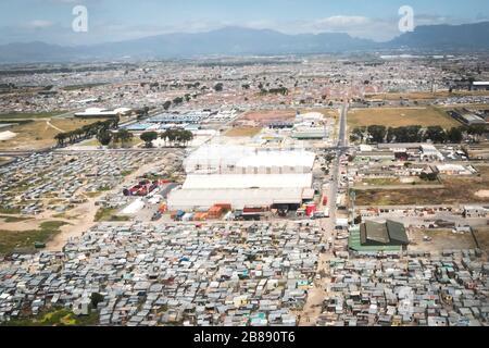 Johannesburg, Südafrika - 1. Dezember 2019 - Luftaufnahme eines Industriegebietes, das von Slums umgeben ist Stockfoto