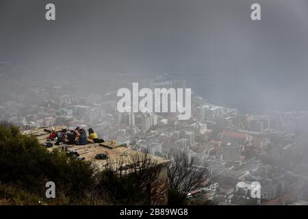 Freunde treffen sich auf dem Signal Hill in Kapstadt, einem der Wahrzeichen Südafrikas für Touristen und Anwohner. - Stockfoto