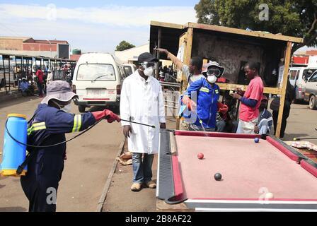 Harare, Simbabwe. März 2020. Gesundheitsmitarbeiter desinfizieren einen öffentlichen Busbahnhof in Harare, Simbabwe, 20. März 2020. Simbabwe berichtete am Freitag von seinem ersten bestätigten Fall von COVID-19, nachdem ein Mann aus Victoria Falls, der nach Großbritannien gereist war, positiv getestet wurde. Credit: Shaun Jusa/Xinhua/Alamy Live News - Stockfoto