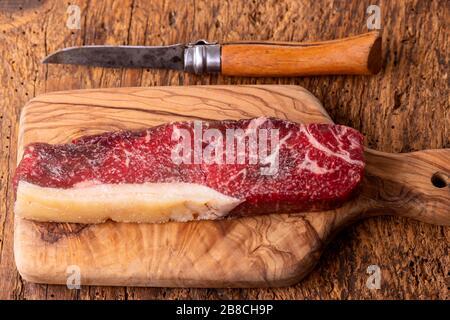 Rohen Steak auf Olivenholz - Stockfoto