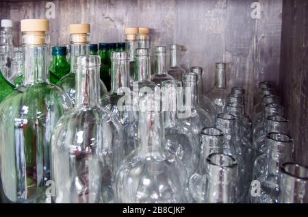 Eine Reihe von Glasflaschen für alkoholische Getränke zu Hause - Stockfoto