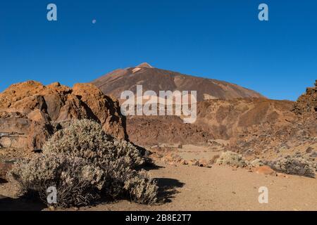 Martianische Landschaft an den Osthängen von Montana Blanca Mirador las Minas de San Jose mit Teide-Mount im Hintergrund. Teide Nationalpark, Teneras, - Stockfoto