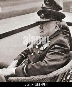 Winston Churchill, der hier die Uniform des Commodore des R.AUX trug. A.F., beobachtet eine Fly-Past von Meteor Jets in Biggin Hill, 1951. Sir Winston Leonards Spencer-Churchill, * Zwischen 1874 Und 1965. Britischer Politiker, Armeeoffizier, Schriftsteller und zweimal Premierminister des Vereinigten Königreichs. - Stockfoto