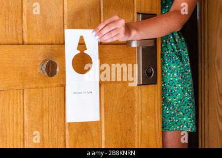 Frau Hand und hängt nicht Namensschild an der Tür im Hotel stören. - Stockfoto