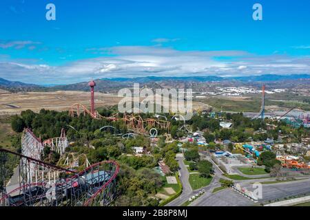 Valencia, Kalifornien, USA, 22. März 2020. Luftaufnahme des Freizeitparks Six Flags Magic Mountain Valencia, frei von Menschen, Personal und Fahrgeschäften - Stockfoto