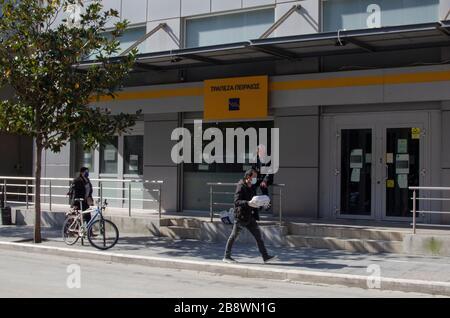 ALEXANDROUPOLI, GRIECHENLAND - 21. März 2020 - EIN Mann trägt Gummihandschuhe und eine Gesichtsmaske im griechischen Alexandroupoli, um sich vor dem zu schützen - Stockfoto