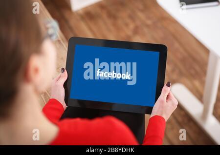 Frau mit Tablet in der Hand - Stockfoto