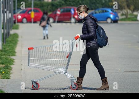 Coronavirus pandemic Effects: Frau in der Warteschlange, um den Supermarkt für Lebensmittelgeschäfte zu betreten. Mailand, Italien - März 2020 - Stockfoto