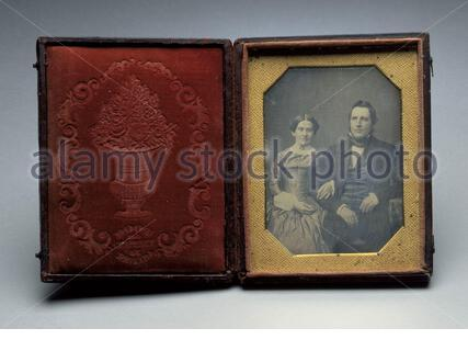 """""""Portrait von Unbekannten Paar; Englisch: United States, circa 1850 Fotos Daguerreotypie (1/4) ohne Rahmen: 3 5/8 x 2 5/8 in. (9,21 x 6,67 cm) Geschenk von Jack Schere (M. 91.287.2) Fotografie; circa 1850 Datum QS: P 571, +1850-00-00 T00:00:00Z/9, P1480, Q 5727902;"""". - Stockfoto"""