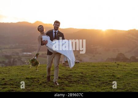 Brautpaar bei Sonnenuntergang in Matakana, Neuseeland - Stockfoto