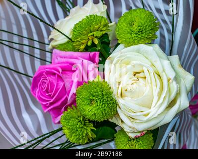 Festlicher Blumenstrauß aus rosa und weißen Rosen Blumen. - Stockfoto