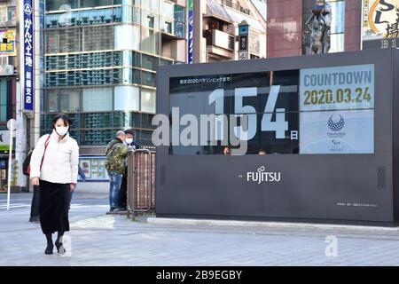 Tokio, Japan. März 2020. TOKIO, JAPAN - 24. MÄRZ 2020: Anwohner um eine Uhr, die die Zeit bis zu den Olympischen Sommerspielen 2020 zählt. Die Olympischen Spiele 2020 in Tokio sind für den 24. Juli bis 9. August 2020 geplant. Der japanische Premierminister Shinzo Abe sagte am 23. März 2020, dass sich die Olympischen Sommerspiele 2020 aufgrund der Pandemie COVID-19 verzögern könnten. Igor Belyajew/TASS Credit: ITAR-TASS News Agency/Alamy Live News - Stockfoto