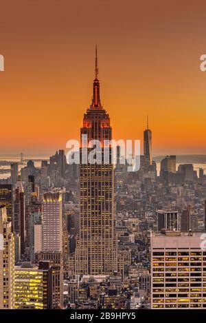Draufsicht bei Sonnenuntergang über dem Empire State Building und der Skyline der Stadt, Manhattan, New York, USA