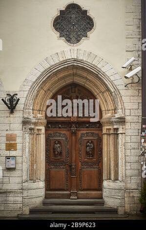 Tallinn, Estland 7. Dezember 2019 einzigartige Tür in der Altstadt der Stadt - Stockfoto
