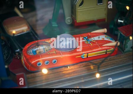 Tallinn, Estland 7. Dezember 2019 Retro Spielzeug im alten Schaufenster der Stadt - Stockfoto