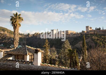 Blick auf den Alhambra Palast aus dem Albaicin Viertel von Granada, Andalusien, Spanien - Stockfoto