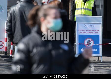 Berlin, Deutschland. März 2020. Vor dem Eingang zum Virchow-Klinikum befindet sich ein Schild, das auf die zentrale Anlaufstelle für Verdachtsfälle von Corona hinweist. Kredit: Jörg Carstensen / dpa / Alamy Live News - Stockfoto