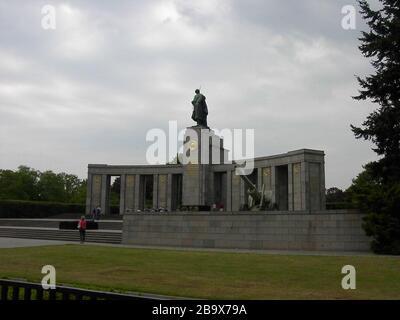 """English: Berlin - Soviet Cenotaph in Berlin-Tiergarten Deutsch: Berlin - Sowjetisches Ehrenmal im Tiergarten; 13. Mai 2006; en.wikipedia.org: 02:28, 31. Mai. 2006. . Adam Carr (Diskusion). . 1600×1200 (222.202 Bytes) (Foto von User:Adam Carr, Mai 2006); Adam Carr; ' - Stockfoto"