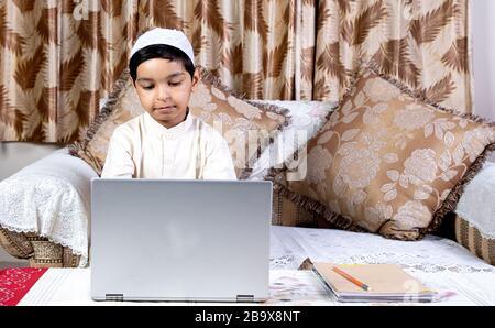 Indische Kinder, die Laptop für das Lernen zu Hause in der Lerneinrichtung von E verwenden - Stockfoto