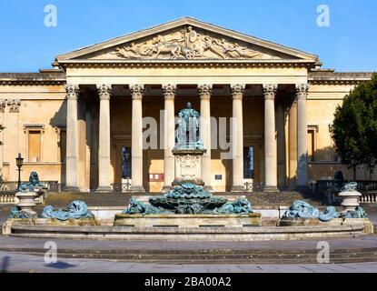 Die Victoria-Zimmer in Clifton Bristol mit Blick auf den Springbrunnen und die Statue von Edward VII., die jetzt die University of Bristol School of Music beherbergt - Stockfoto