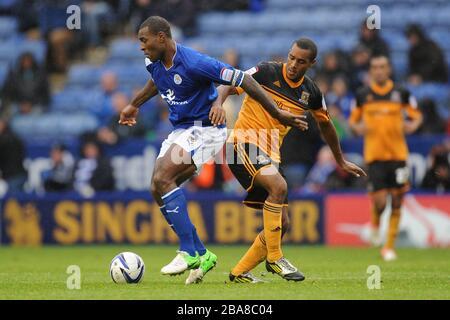 Die Wes Morgan (links) von Leicester City und Jay Simpson von Hull City kämpfen um den Ball