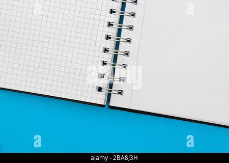 Notebook isoliert auf blauem Hintergrund - Stockfoto