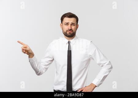 Bärtiger Geschäftsmann, der mit dem Finger auf Sie zeigt. Isoliert auf grauem Studiohintergrund - Stockfoto