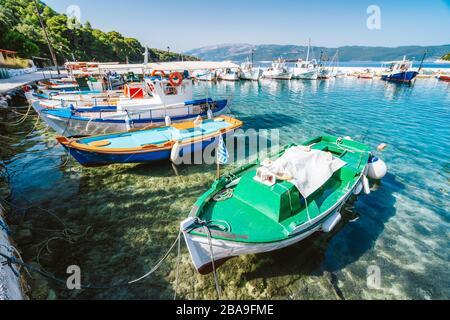 Bunte griechische Fischerboote im kleinen Hafen von Kioni auf der Insel Ithaka, Griechenland. - Stockfoto