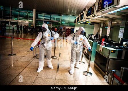 Barcelona, Spanien. März 2020. Die UME (Unidad Militar de Emergencia) desinfizierte am Flughafen El Prat in Barcelona, ??Spanien, um die Ausbreitung von Coronavirus (Covid-19) am 19. März 2020 zu verhindern. (Foto von Adrià Salido Zarco/INA Photo Agency/Sipa USA) Credit: SIPA USA/Alamy Live News - Stockfoto