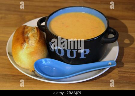 Tomatensuppe in Suppenschale - Stockfoto